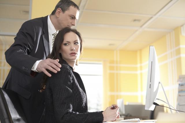 「どうすれば・・・」職場でのつきまといへの4つの対策とは
